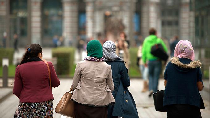 """""""Das islamische Kopftuch ist in Deutschland üblich und spiegelt sich im gesellschaftlichen Alltag vielfach wider"""", meint das Bundesverfassungsgericht."""
