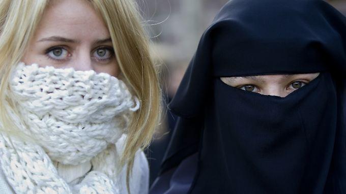 Schal und Mütze in der Straßenbahn zu tragen, bleibt Frauen in den Niederlanden übrigens erlaubt.