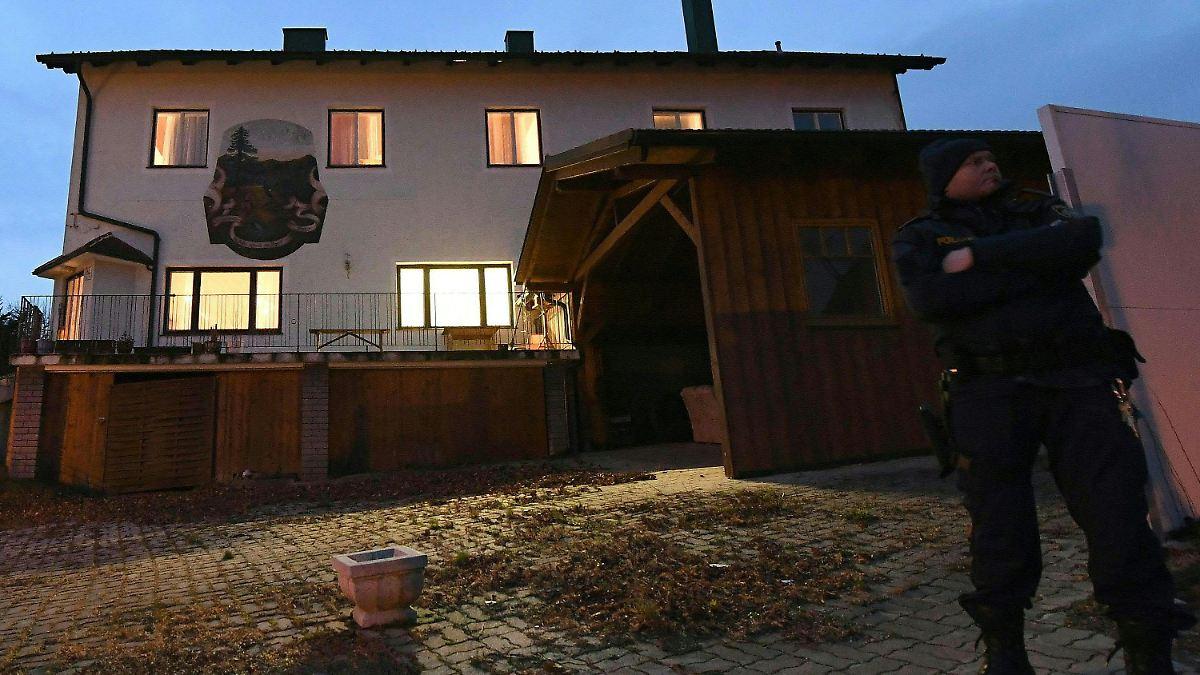 in einer niederosterreichischen kleinstadt spielt sich eine familientragodie ab offenbar loscht eine frau ihre familie darunter die eigenen kinder aus