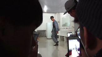 Kaum zu glauben, aber wahr: Chinesischer Hausmeister wird mit Moonwalk zur Internetsensation