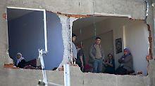 Anwohner in den Ruinen ihres zerstörten Hauses: Die türkische Regierung machte für das Bombenattentat am 4. November die PKK verantwortlich - bekannt hat sich allerdings der IS.