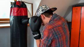 Ein straffällig gewordener Minderjähriger (13 Jahre alt) beim Boxtraining in einem Heim.
