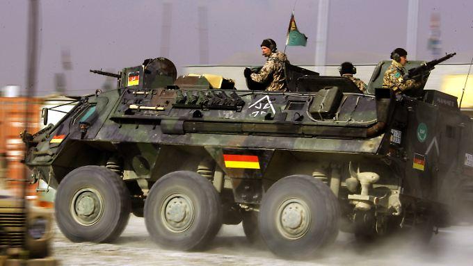 Seit Jahren auch im Ausland im Einsatz: Ein Transportpanzer Fuchs der Bundeswehr, hier im Jahr 2005 in Kabul in Afghanistan (Archivbild).