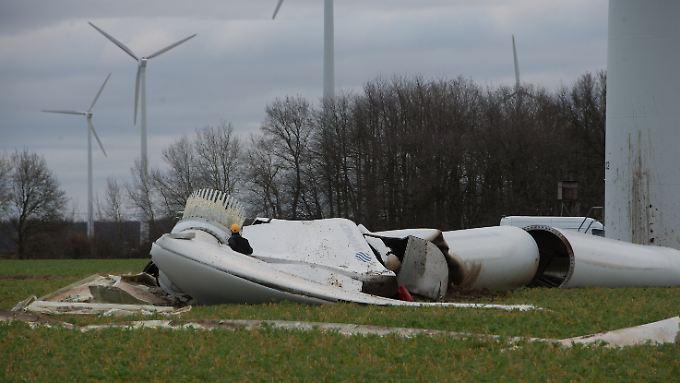 Zerschmettert liegen Rotor und Generatorgondel am Boden: Ein Techniker begutachtet die Trümmer.