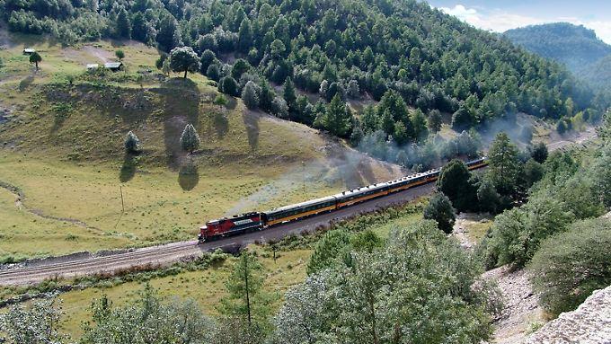 Der Zug Ferrocarril Chihuahua al Pacífico - kurz Chepe - verbindet Los Mochis mit Chihuahua und durchfährt unterwegs eine beeindruckende Landschaft. Betreiber ist Ferromex.