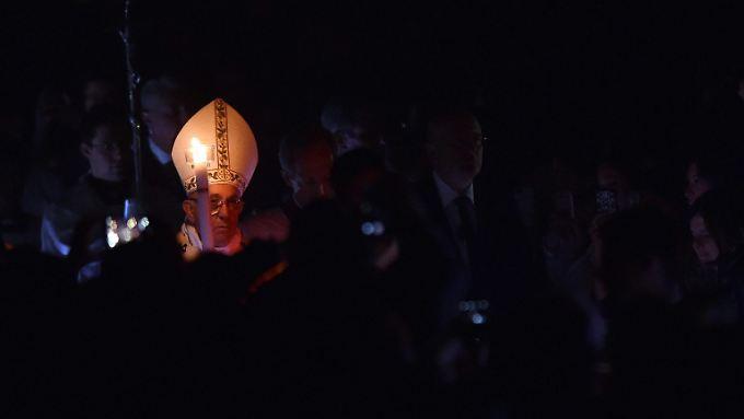 Papst Franziskus geht viele heikle Themen an - dabei bläst ihm auch ordentlich Wind entgegen.