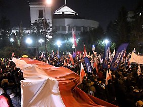 Aus Protest gegen die nationalkonservative PiS-Regierung blockierten Hunderte Demonstranten am 16. Dezember alle Ausgänge des Sejm-Gebäudes.