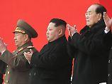 Machthaber Kim Jong Un (M.) und andere hohe Funktionäre nahmen an der Gedenkzeremonie teil.