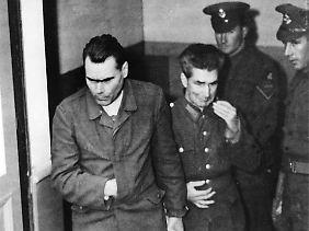 Zwei der zum Tode verurteilten Angeklagten, Josef Kramer (l) und Lagerarzt Fritz Klein (r), verlassen in Lüneburg den Gerichtssaal.