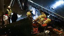 ... unter dem Fahrzeug eingeklemmt wurden. Am Morgen nach der Tragödie ...