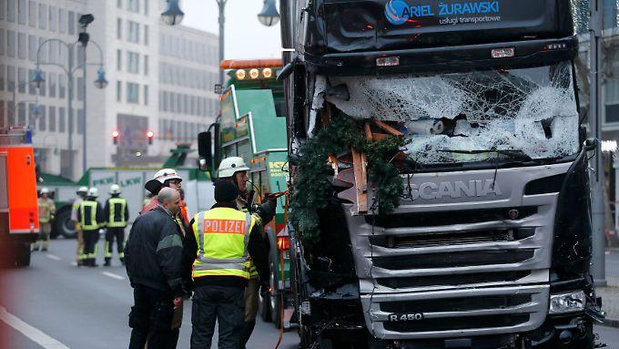 In den Morgenstunden wird der Lkw abgeschleppt, damit die Spurensicherung das Fahrzeug untersuchen kann.