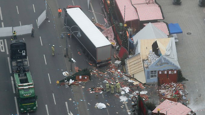 Der schwarze Lkw, der in Berlin in die Menschenmenge raste, wurde inzwischen abtransportiert.