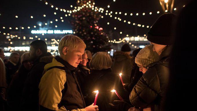 Schweigeminute für Berlin auf einem Weihnachtsmarkt in Zürich.