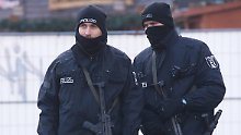 Zwei Polizisten sichern nach dem Anschlag im Dezember den Berlin Breitscheidplatz.