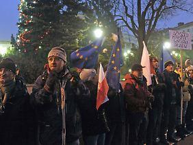 Auch während der Weihnachtsfeiertage demonstrierten polnische Oppositionspolitiker gegen die Reformpläne der nationalkonservativen Regierung und verharrten im Plenarsaal.