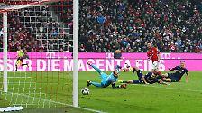 ... Xabi Alonso (25.) mit seinem ersten Bayern-Tor von innerhalb des Strafraums ...