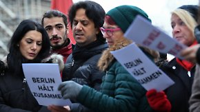 Gemeinsam gegen den Terror: Mehr als 200 Menschen singen gemeinsam am Anschlagsort