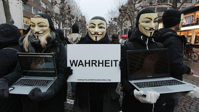 Anonymus-Aktivisten demonstrieren in Frankfurt am Main.