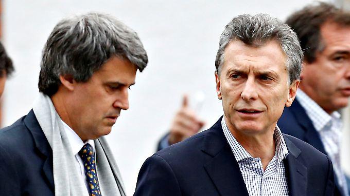 Alfonso Prat-Gay (l.) wird in Zukunft nicht mehr in Mauricio Macris (r.) Kabinett sitzen.