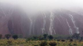 Kaum zu glauben, aber wahr: Rekordregen sorgt für besonderes Schauspiel am Uluru