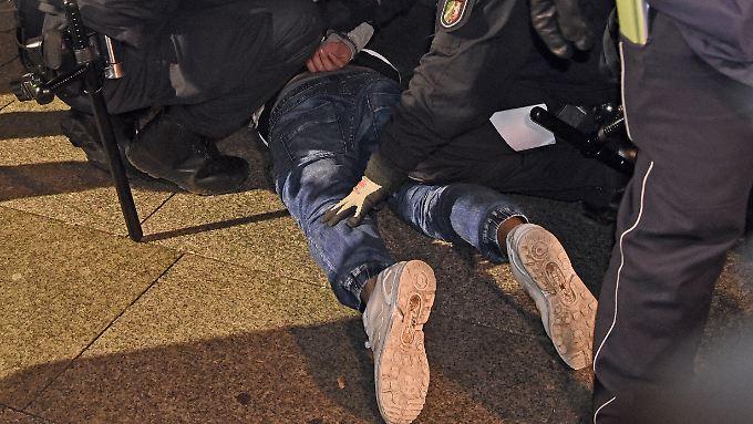 Die Polizei nahm sechs Personen fest und 29 in Gewahrsam.