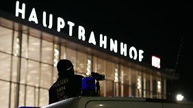 Die Polizei filmte das Geschehen auf dem Vorplatz.