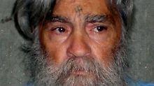 Manson war 1971 zusammen mit vier seiner Anhänger wegen der Ermordung von sieben Menschen zunächst zum Tode, später dann zu lebenslanger Haft verurteilt worden.