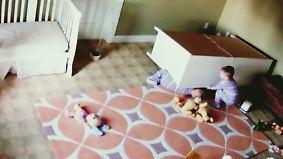 Unter Kommode eingeklemmt: Zweijähriger befreit Zwillingsbruder