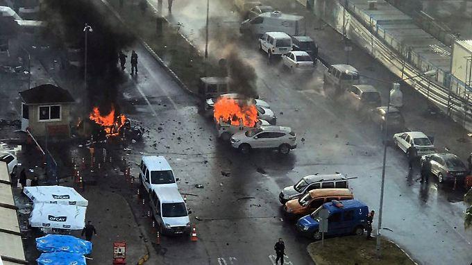 Nach der Explosion brannten Autos.