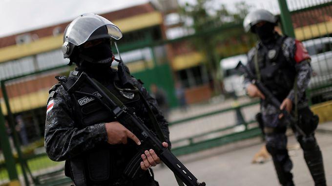 Schwer bewaffnete Polizisten vor dem Gefängnis, in dem es erst Anfang der Woche eine tödliche Revolte gab.