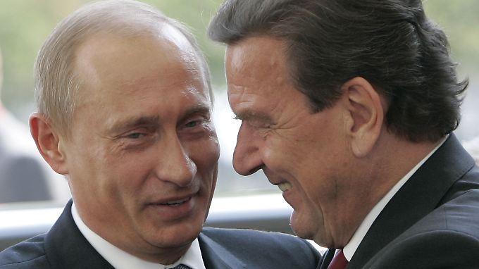 Alte Kumpel: Bundeskanzler Gerhard Schröder (r.) und der russische Präsident Wladimir Putin im September 2005 in Berlin.