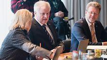 Flüchtlingspolitische Forderungen: Bayerisches Kabinett nimmt Seehofer-Plan an