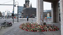 Blumen am Ort des Anschlags.