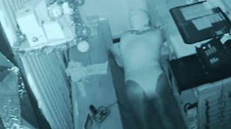 Kaum zu glauben, aber wahr: Einbrecher zieht sich Damenunterwäsche an