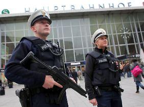 Polizeipräsenz in Köln vor dem Hauptbahnhof.