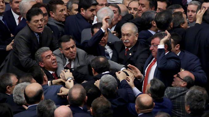 Umstrittenes Präsidialsystem: Debatte führt zu Schlägerei im türkischen Parlament
