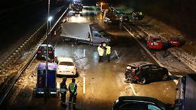 Eine Tote und mehrere Verletzte: Etwa 30 Autos rasen auf vereister A1 ineinander