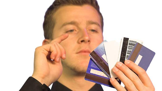 Die Kreditkarte muss man bei vielen Banken bezahlen.