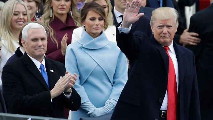Die Frau an seiner Seite: Melania Trump (in hellblau) auf der großen Tribüne zur Amtseinführung von Donald Trump.