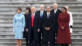 Der neue und der alte US-Präsident, ihre Vertreter sowie die Ehefrauen der vier Männer stehen nach der Amtsübergabe auf den Stufen des Kapitol.