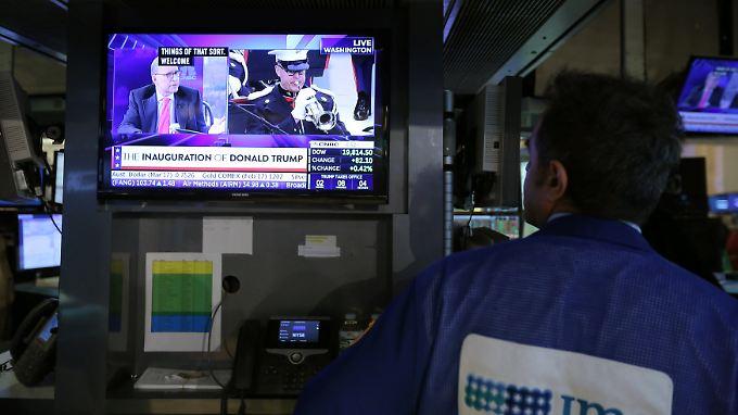 Neuer Mann an der Spitze der Wirtschaftsmacht USA: An der New Yorker Börse verfolgen Händler die Amtseinführung von Donald Trump.