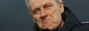 Streich antwortet nonverbal auf die Frage, wie er die Leistung der Bayern sonst so fand.