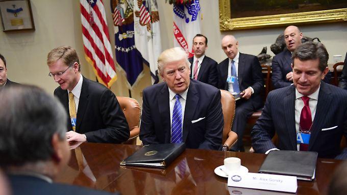 Bei der Arbeit: Trump beginnt seine Amtszeit mit einem Treffen mit Wirtschaftschefs.