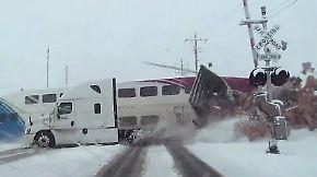 Kaum zu glauben, aber wahr: Zug reißt Lkw in zwei Teile