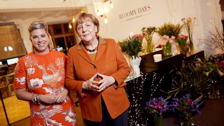 Unternehmerin Franziska von Hardenberg und Angela Merkel tauschen sich bei einem Kamingespräch mit deutschen Start-ups aus.