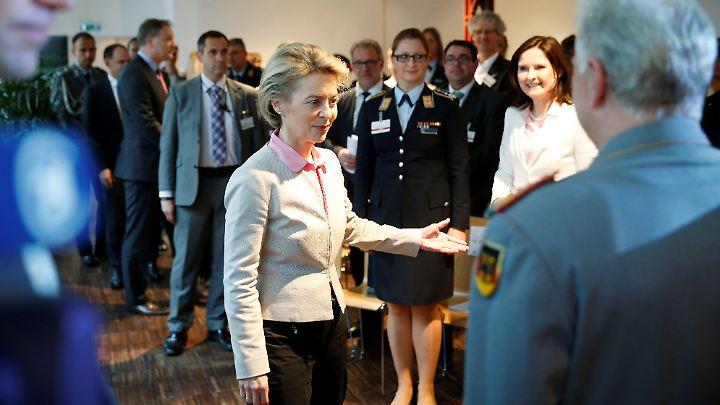 Verteidigungsministerin von der Leyen beim Workshop zur sexuellen Vielfalt.