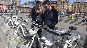 Touristen leihen sich in Kopenhagen Mietfahrräder.