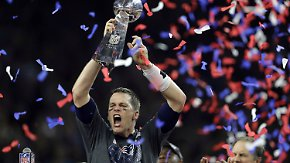 dpatopbilder - American Football: Profiliga NFL, New England Patriots - Atlanta Falcons, Play-off-Runde, 51. Super Bowl am 05.02.2017 im NRG Stadium in Houston, Texas, USA: Tom Brady jubelt nach dem Sieg seiner New England Patriots mit dem Pokal. Foto: Darron Cummings/AP/dpa +++(c) dpa - Bildfunk+++
