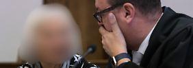 """ARCHIV - Eine wegen erpresserischen Menschenraubs und besonders schwerer räuberischer Erpressung angeklagte 90-Jährige unterhält sich vor Auftakt des Prozesses am 26.10.2016 im Verhandlungssaal im Landgericht von Aurich (Niedersachsen) mit ihrem Anwalt Christian Spengler. Fünf Verdächtige sind derzeit am Landgericht Aurich wegen Entführung und Lösegeldforderung über eine MillionEuro angeklagt - am Montag sprechen die Richter planungsmäßigihrUrteil. (zu dpa """"Urteilssprechung zur Entführungsbande - mehrjährige Haftstrafen gefordert"""" vom 06.02.2017 - ACHTUNG: Angeklagte aus persönlichkeitsrechtlichen Gründen unkenntlich gemacht) +++(c) dpa - Bildfunk+++"""