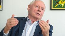 Oskar Lafontaine (Linke) gestikuliert am 23.01.2017 während eines Gesprächs in seinem Büro im Landtag in Saarbrücken (Saarland). (zu dpa «Lafontaine: Für Rot-Rot-Grün an der Saar gibt es »echte Möglichkeit«» vom 25.01.2017) Foto: Oliver Dietze/dpa +++(c) dpa - Bildfunk+++